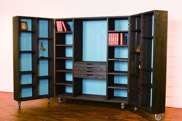 大きく開けば中身を一望。たっぷり入るのに、コンパクトにしまえる収納棚。